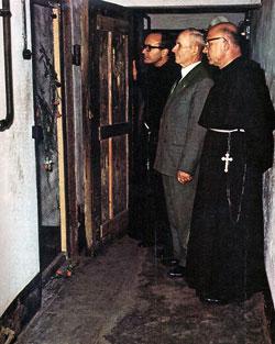 François Gajowniczek devant la cellule de mort du père Kolbe à Auschwitz
