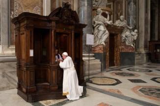 13-mars-2015-le-pape-francois-confesse-lors-ceremonie-penitentielle-basilique-saint-pierre-vatican-rome-italie_0_730_467
